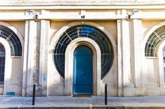 Porte de bâtiment, rue à Paris pendant l'heure d'été Image libre de droits