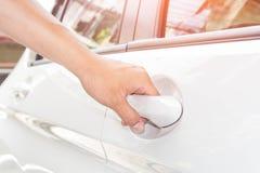 Porte de blanc de voiture d'ouverture de main Photos stock