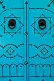 Porte de Bleu et heurtoirs de porte tunisiens photographie stock