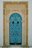 Porte de Bleu et heurtoirs de porte tunisiens photographie stock libre de droits