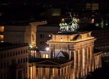 Porte de Brandebourg au massif de roche de Brandenburger de nuit, Berlin, Allemagne, l'Europe photo stock