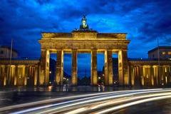 Porte de Brandebourg et heure bleue Photo stock
