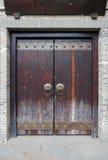 Porte de chinois traditionnel avec des poignées de porte de dragon Photos libres de droits