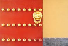 Porte de chinois traditionnel avec le lion d'or Photos libres de droits