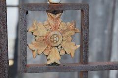 Porte de cimetière de fer de Fleur photos stock