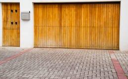 Porte de couleur claire en bois d'entrée et de garage avec Photographie stock libre de droits