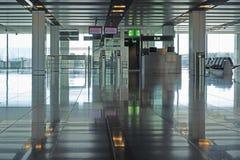 Porte de départ à un aéroport moderne Photo stock