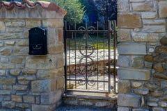 porte de fer au jardin privé Image libre de droits