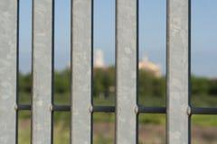 Porte de fer avec l'église brouillée à Rome Photographie stock