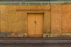 Porte de fer dans le mur en béton Image libre de droits