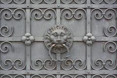 Porte de fer travaillé avec le lion image libre de droits