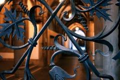 Porte de fer travaillé dans la vieille église européenne photos libres de droits