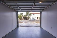 Porte de garage grande ouverte avec les planchers en béton Photo libre de droits