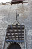 Porte de glissement sur le château médiéval Photos libres de droits