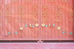 Porte de glissière de zinc dans le temple, fond en métal images libres de droits