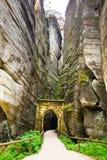 Porte de Gotic en montagne unique Adrspasske de roches skaly en parc national Adrspach, République Tchèque image stock