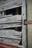 Porte de grange déchirée vieux par temps Photographie stock libre de droits
