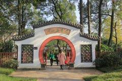 Porte de jardin de bonsaïs de style de Sichuan en parc baihuatan, adobe RVB image libre de droits