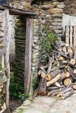 Porte de la maison dans les ruines Images libres de droits