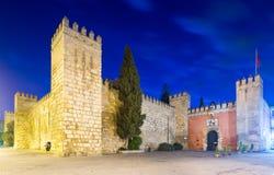 Porte de Lion et mur d'Alcazar dans la soirée Séville Images libres de droits
