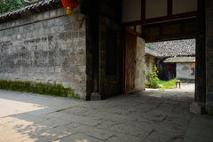 Porte de maison de logement chinoise antique à l'ombre le jour ensoleillé Images libres de droits