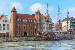 Porte de Mariacka et un bateau de pirate de cru dans le Motlawa, Danzig photographie stock libre de droits