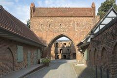 Porte de massif de roche de Friedlaender dans Neubrandenbourg, Allemagne photographie stock libre de droits