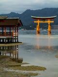 Porte de Miyajima Torii dans l'eau au tombeau d'Itsukushima image stock