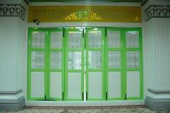 Porte de pliage traditionnelle chez Abidin Mosque en Kuala Terengganu, Malaisie photographie stock
