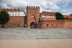 Porte de pont et mur de ville de Torun en Pologne Image stock