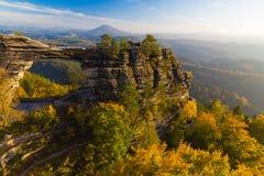Porte de Pravcicka dans des couleurs d'automne, Saxon de Bohème Suisse, République Tchèque photographie stock libre de droits
