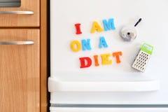 Porte de réfrigérateurs avec le texte coloré Photos stock