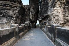 Porte de roche avec l'accès du pont de Bastei le soir photographie stock