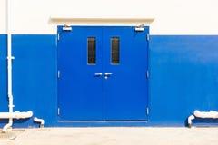 Porte de sortie de secours du bâtiment d'entrepôt , Portes en acier image stock