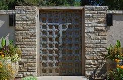 Porte de style en métal de fer de mur de château Images stock