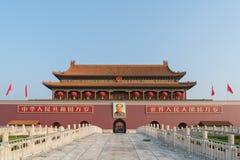 Porte de Tiananmen dans Pékin, Chine Le texte chinois sur le mur rouge lit : Vivent longtemps la Chine et l'unité de tous les peu photo stock