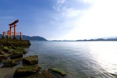Porte de Torii d'un tombeau et d'une mer Image stock