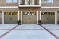 Porte de trois garages avec des fenêtres Photo libre de droits