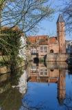 Porte de ville avec la réflexion dans l'eau à Amersfoort Photo libre de droits