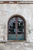 Porte de vintage avec les fenêtres cassées Photo stock