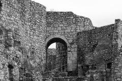 Porte de voûte et ruines en pierre de émiettage de château Image stock