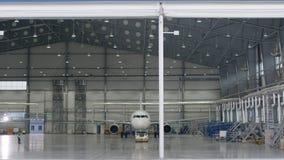 Porte de volet de rouleau et plancher en béton de hangar d'aéroport et de fond d'avion Hangar d'aéroport de l'extérieur avec Image stock