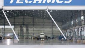 Porte de volet de rouleau et plancher en béton de hangar d'aéroport et de fond d'avion Hangar d'aéroport de l'extérieur avec Photos stock