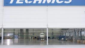 Porte de volet de rouleau et plancher en béton de hangar d'aéroport et de fond d'avion Hangar d'aéroport de l'extérieur avec Image libre de droits