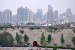 Porte de Zhonghua et horizon de ville de Nanjing Image libre de droits