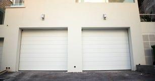 Porte del garage ad una costruzione moderna Fotografie Stock Libere da Diritti