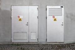 Porte del metallo con i segnali di pericolo ad alta tensione Fotografia Stock