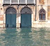 Porte della costruzione sommerse da alta marea a Venezia Fotografia Stock Libera da Diritti