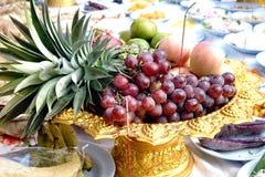 Porte des fruits l'offre sacrificatoire Images stock