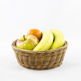 Porte des fruits la composition dans le panier en osier Photos libres de droits